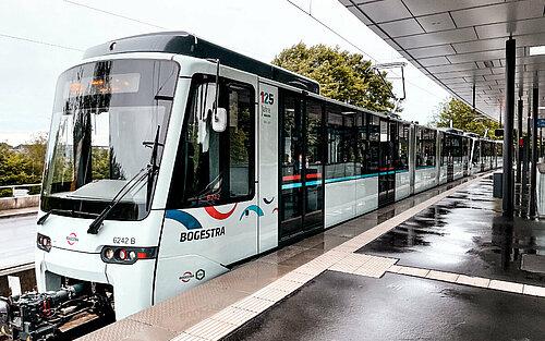 Foto: Stadtbahn vom Typ Tango an Bahnsteig Station Bochum Gesundheitscampus