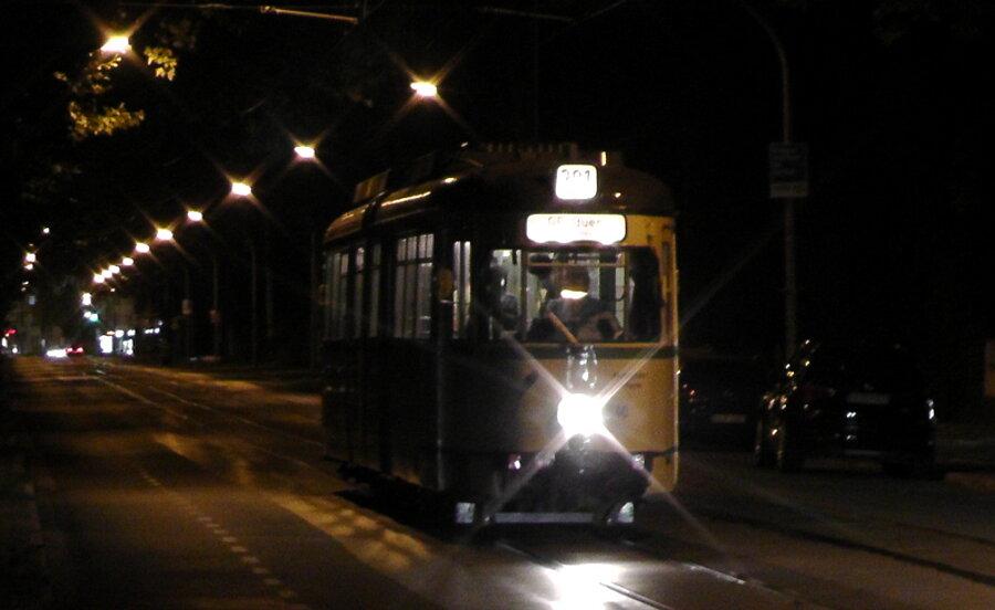 Foto Historische Straßenbahn bei Nacht